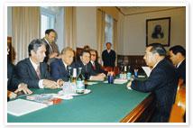写真 ソ連・コスイギン首相と会談する池田大作名誉会長
